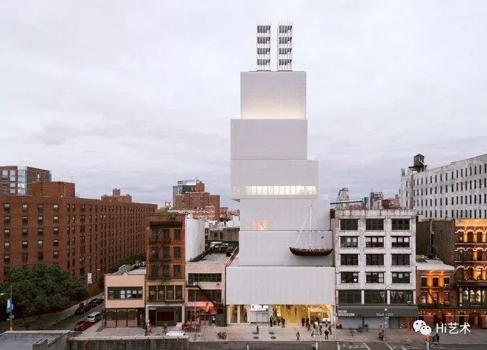 妹岛和世设计的纽约新当代艺术博物馆(New Museum of Contemporary Art),2007  妹岛和世被日本评论界称为是从小通过电视和录像等媒体培养出来的一代建筑师,有着特有的与前人绝不相同的空间认识。她的作品让人感受到其老师伊东丰雄的影响,妹岛承袭了伊东丰雄的轻快和飘逸,但又更进一步增加了作品中的浮游感,细腻、精致而富于女性气息。