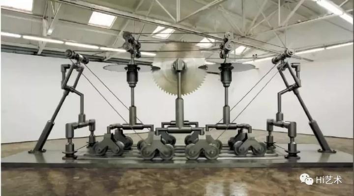 """《被锯的锯? D90-P07》 1000×280×370cm 普通钢、不锈钢 2007  王鲁炎是中国现当代艺术发展史中的重要参与者,曾参加1979 年的""""星星画展""""和1989年的""""中国现代艺术大展""""。1988年,王鲁炎与顾德新合作创作了《触觉艺术》,1988-1995年与顾德新、陈少平组成""""新刻度小组""""。""""新刻度小组""""解散后,王鲁炎以独立艺术家的身份继续创作。"""