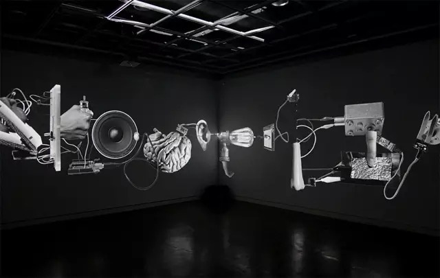 《A Bare Cycle》交互影像  许毅博的作品以理性中的荒诞思维模式来映射当下人类的发展困境。从人的躯体与意识角度探讨未来生命发展延续所面对的边界问题。