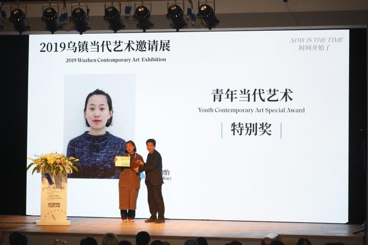 张子康给2019青年当代艺术特别奖获得者张如怡颁奖