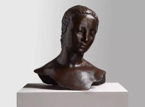 维尔海姆·兰布鲁克《双腿岔开站立的女人头像 [又名:女人低下的头]》43×38×26 cm 青铜 1911