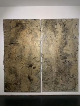《迹》 244×122cm木质构造、麻纸、矿物、植物、土质颜料、金银粉、金属渣 2018