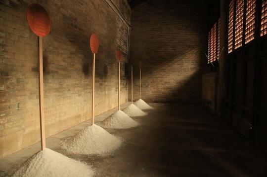 戴安·维柳《呼吸的空间》直径30cm,高150cm 2019