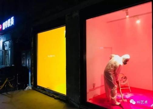 开幕前夜,艺术家刘耀华在纹身店实验艺术空间进行作品调试工作