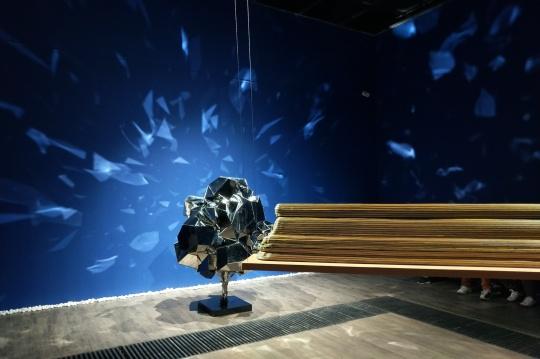 展览现场,夏航与杨韬的作品
