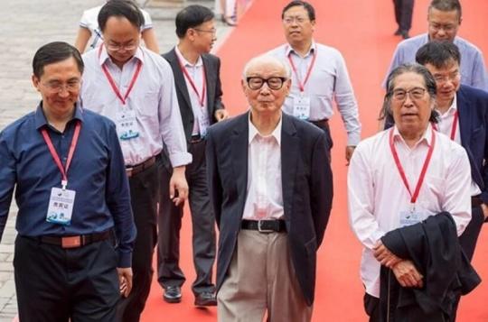 山西平遥县委常委、宣传部长高庆林与美术理论家邵大箴先生和刘曦林先生共同步入平遥国际雕塑节全球媒体发布会现场