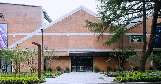 上海民生现代美术馆新址位于静安新业坊园区内,整个园区为原上海冶金矿山机械厂旧址