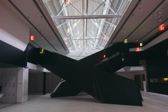 宫岛达男《倒序曲》30×25×0.5cm×18霓虹灯 2019,由宫岛达男工作室提供