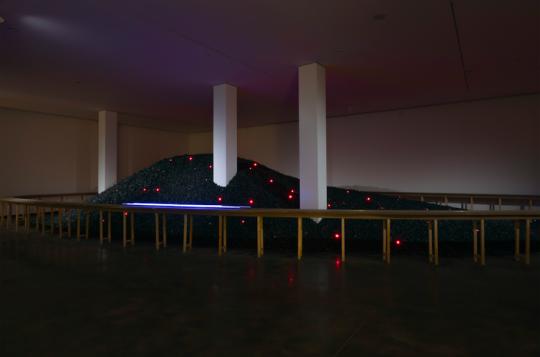 《计数器煤》尺寸可变 煤、LED灯 2008,由宫岛达男工作室提供