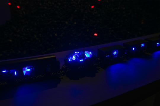 《驶向浩劫的时间列车》尺寸可变 车厢、控制器、LED灯 2008,由宫岛达男工作室提供