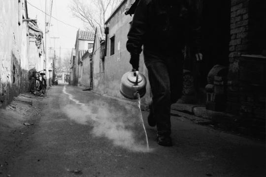 宋冬《一壶开水》33.3×50cm×12 行为艺术、黑白照片 1995