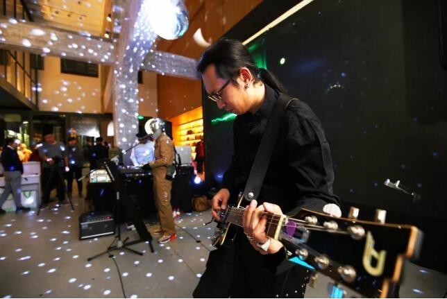 """2017年12月7日,由艺术家冯梦波、策展人尤洋和新裤子乐队的键盘手庞宽组成的NB3乐队在现代汽车文化中心""""出神儿""""活动中的演出现场(图片源自:现代汽车文化中心)"""