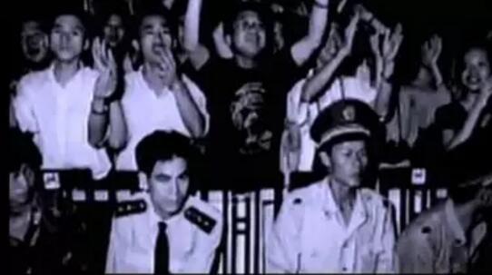 """""""90现代音乐会""""现场激动的观众 1990年 首都体育馆"""
