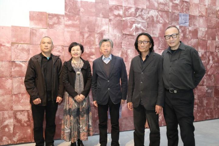 开幕现场嘉宾合影,从左至右分别是吕品晶、周旭君、范迪安、苏新平、朱青生