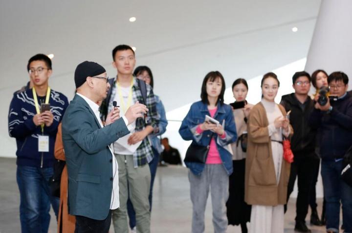 策展人冯博一为媒体和观众做导览