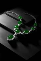 缅甸天然翡翠 配 钻石 吊坠项链,白18K镶嵌8颗天然满绿翡翠蛋面,种色上佳,项链配镶钻石,吊坠部分可拆分。最大翡翠蛋面尺寸约24.1×20.3×7.5mm,项链长约45.0cm。