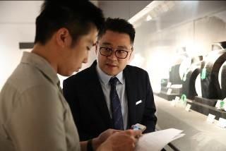 华艺国际(香港)珠宝钟表部总经理朱绪蕾介绍该部门专场,包括香港珠宝大师陈世英(Wallace Chan)的早期杰作和一系列顶级翡翠作品