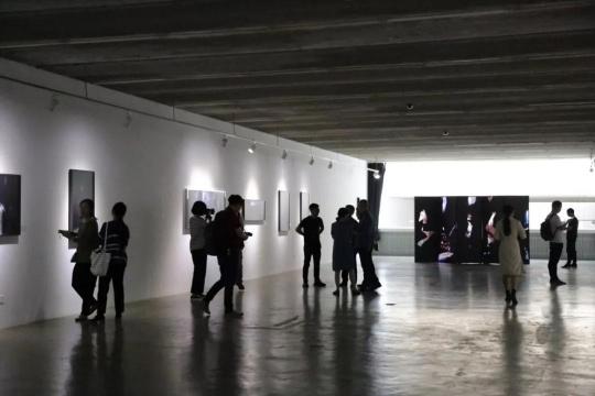 """""""时光褶皱——陈大志作品展""""展厅"""