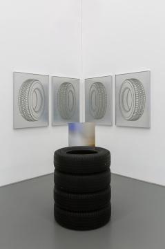 高磊 《125746KM》106×76 cm×4, 21×75 cm×4, 120×38 cm 纸,金属漆,铝板,亚克力银镜,轮胎,钢丝,电动马达 2019