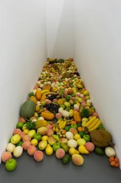 刘诗园《浮动事件No.1》尺寸可变 681,个仿真水果,航空信件,现成品及图像2019