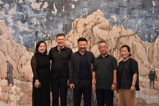 右起:顾维洁女士、范晓虎先生、艺术家 徐弘、策展人 艾墨思、艺·凯旋画廊负责人 李兰芳