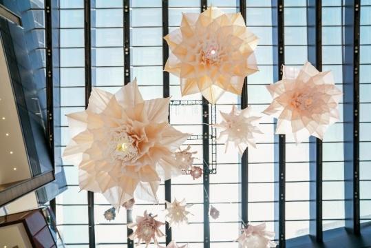 倒置的机械花朵在来访宾客的脚步声中缓缓绽放