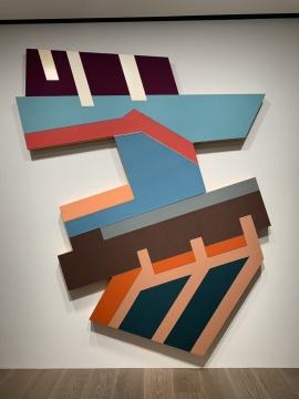 弗兰克·斯特拉 《罗兹季尔I》 289.6×238.8×12.7cm 毛毡,涂色画布,颜料 1973  摄影:吕晓晨
