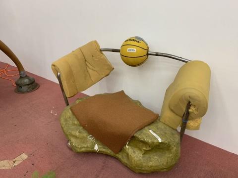 《篮球假山石沙发雕塑》110×68×78cm 海绵、铁、玻璃钢、篮球、不锈钢球、网球、海绵球、胶带、电线、绒布坐垫、聚氨酯泡沫 2019