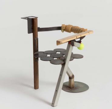 《第一次手工焊接》58×61×74cm 铁、木头、海绵、网球 2018
