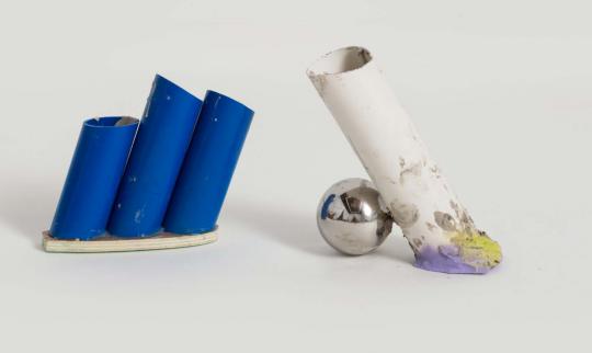 《PVC花瓶7号》30×8×22cm PVC管、木板、防水水泥 2019  《PVC花瓶13号》24×11×25cm PVC管、不锈钢球、喷漆、木板、防水泥 2019