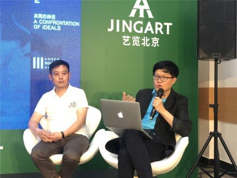 联合策展人吕澎(右)、何桂彦(左)