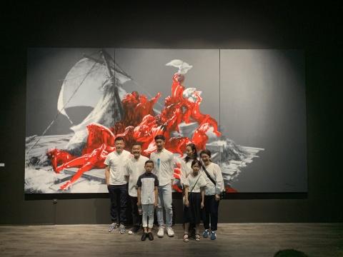 艺术家武明中(左二)与友人在作品《重生——向梅杜莎之筏致意》前