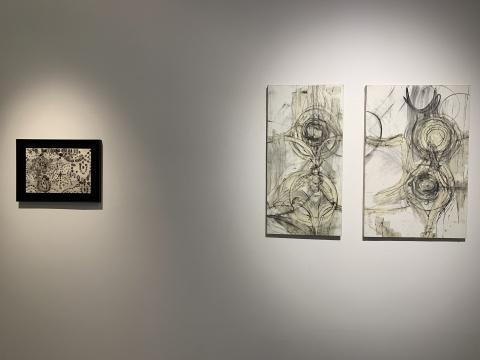 """左:""""大地""""系列  右:《运转2》 101×55cm、101.5×67.5cm布面油画、蜡媒材、木炭、蜡笔 2019"""