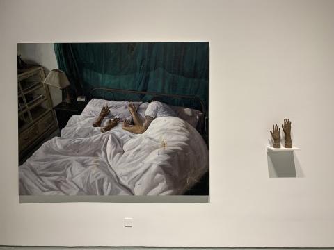 时永骏 《床边柜的一双陶手》 182×227cm 布面油画 2019