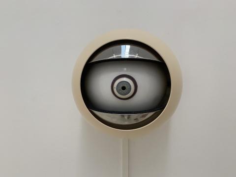 田牧 《天眼》 34×34×29cm 金属、机械装置、感应器、贴纸 2017