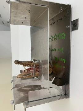田牧 《出口》 29×28×16cm 铝板、弹簧、鳄鱼头、树脂牙齿 2017
