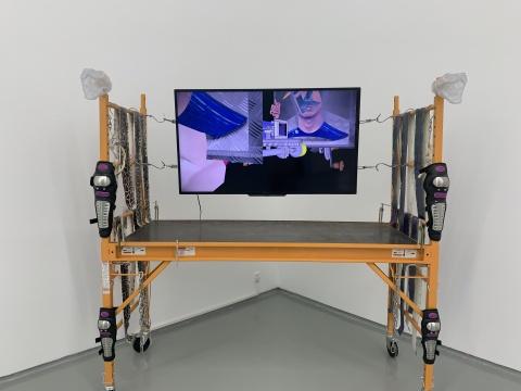 田牧 《全员遇难》 尺寸可变 脚手架、铁钩、贴脸、树脂、蛇皮、护膝、鲨鱼嘴、单频视频 2019