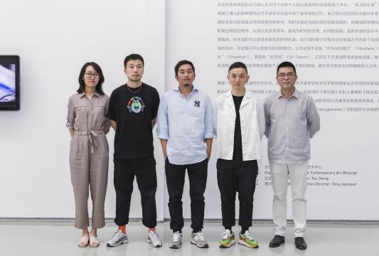 左起:策展人于非、艺术家田牧、艺术家时永骏、策展人杨鉴、蜂巢当代艺术中心负责人夏季风