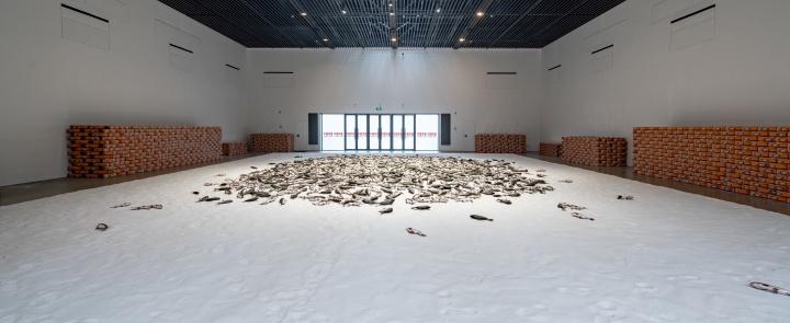 沈少民《中国鲤鱼》(35.6x14.5x6cm)x2000机械、硅胶、塑料、电子配件,盐2018作品位置:丝厂7-9展厅沈少民结合电子科技与仿真硅胶,将 2000 条鲤鱼置于19吨白色盐滩上,所有的机械鱼微弱地呼吸着挣扎着,在以假乱真的魔幻现实场景中,激发观众的无限遐想与对中国鲤鱼的别样思考。