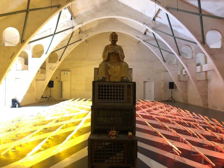 布鲁克·安德鲁(Brook Andrew,澳大利亚)《微差意象:暴露系统》 尺寸可变 装置,木头、玻璃、霓虹灯、金属、纸张和宝石 2019  作品位置: 粮仓#6展厅