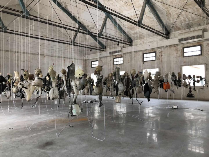 罗杰·海恩斯(Roger Hiorns,英国)《回顾之路》 尺寸可变 混合媒介:塑料、金属和液体 2019  作品位置: 粮仓#5展厅  会吹泡泡的工业废件。