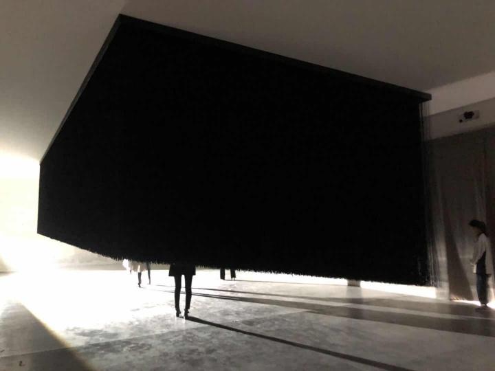 大卷伸嗣(Shinji Ohmaki,日本) 《临界之气——黑量》320×1080×540cm装置 尼龙绳、木板、灯 2012  作品位置:粮仓#3展厅  如果影子是真实的材料,那它会是什么样子?黑绳装置就是对此的解读。观众既可进入这片黑暗,在其中徘徊。也可以观看这个场景。