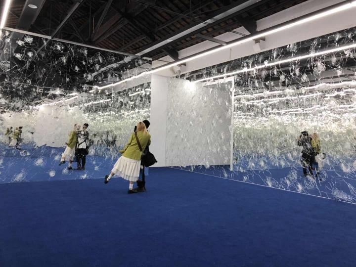 陈松志《无题-房间WZ》限地装置尺寸依场地而定镜子、尼龙地毯2019  作品位置:丝厂2-2展厅  出生于1978年的陈松志来自中国台湾。本次参展作品是以碎裂的镜像、尼龙地毯所组构而成的环场空间。空间中蓝色的地毯与镜面相互映照出无限的空间延伸,如真如幻地提供出一处特异的人造视窗。这些不完整的镜像在看似华丽浪漫的场域中形成一种表象的伪装,反映着现代人在媒体屏幕之中的多重身份对位以及网域时空的无垠扩张。