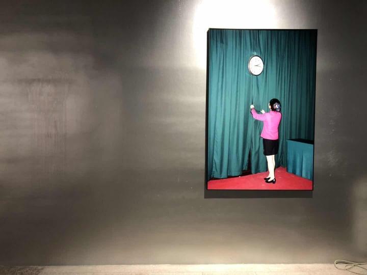 """冯立《白夜》 摄影 单幅尺寸100x150cm 数量依现场而定 2016-2018  作品位置:丝厂4-1展厅  生于1971年的冯立来自成都,曾获2017年集美·阿尔勒国际摄影季""""发现奖"""",他在现实中是一位拥有四只猫、一只鹦鹉、一头猪的政府公务员。在这组看似暴烈的画面下,却暗含了许多意外的日常巧合。比如有两张前后一年时间拍摄的照片,一张是挂在墙上的时钟,一张是戴在中年男人手上的手表, 它们的时针都定格在了 2 点 15 分 35 秒。"""