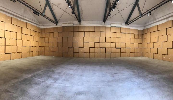 Zimoun(瑞士)《510个直流电机、棉球和70cm×70cm×70cm的纸盒》声音装置 尺寸可变电机、纸板、棉、金属、胶带、线缆、电源 2019  作品位置:粮仓#4展厅  Zimoun1977年出生于瑞士,是一位自学成材的声音装置艺术家艺术家,他擅长将声音和视觉完美地结合在一起。该作品标题一目了然,可以试着闭上眼睛,想象一下510个小球在510个纸盒上同时敲打的震撼之声