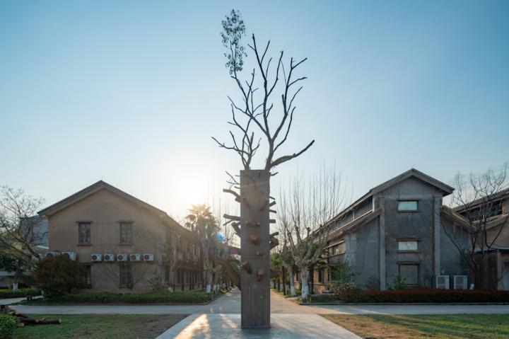 卡特娅·辛克(Katja Schenker,瑞士)《牛轧糖》装置混凝土,混合材料2019作品地点:北栅丝厂张大力愚公移山雕塑对面延伸空地来自瑞士的卡特娅·辛克(Katja Schenker)出生于1968年。此次她在乌镇北栅丝厂建造了一个高达10多米的新作《天空》——一棵被混凝土浇筑的香樟树,取名《牛轧糖》,颇为形象。