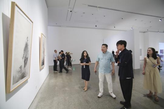 798EPARTY项目负责人张苗、798艺术区创始人王彦伶、策展人方贤晨在展厅