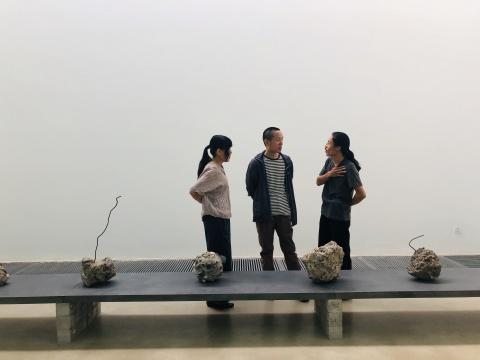 艺术家宋红权(右)与观展者交流作品