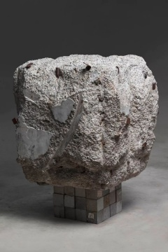 《灵眼洞府系列 #1》,水泥块、鹅卵石,100 x 100 x 100 cm ,2019