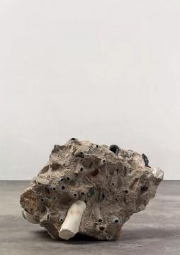 《灵眼洞府系列#11》,水泥块、鹅卵石,21 x 30 x 20 cm ,2019
